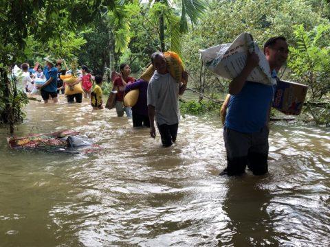 Hình ảnh cứu trợ lũ lụt