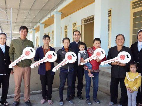 Caritas Thanh Hóa : Bàn  Giao Nhà Tình Thương Cho Các Hộ Dân Chài Yên Khánh – Thanh Hóa