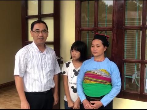 Trao nhà tình thương cho bà Hà Thị Liên, dân tộc Mường, thôn Chiếu, xã Quang Hiến, huyện Lang Chánh, tỉnh Thanh Hóa.