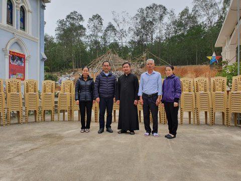 Trao Ghế Cho Giáo Xứ Yên Sơn