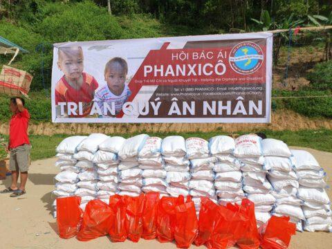 Trao quà cho bà con dân tộc H'Mong tại bản Cá Nọi, xã Pù Nhi, huyện Mường Lát, tỉnh Thanh Hoá.