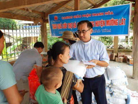 Trao quà cứu trợ Covid-19 cho bà con dân tộc tại xã Mường Chanh, huyện Mường Lát, tỉnh Thanh Hóa