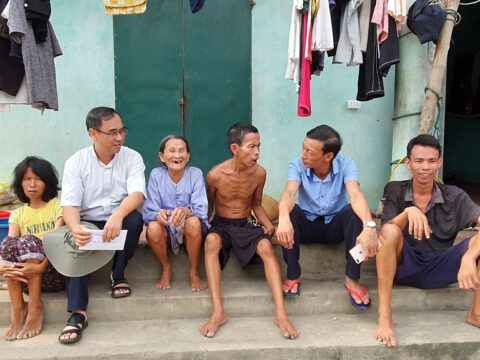 Trở lại thăm gia đình bà Gấm: một mẹ già 85 tuổi nuôi ba người con không bình thường.