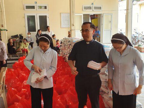 Thăm và trao quà cho các bệnh nhân phong tại trại phong Quỳnh Lập, Quỳnh Lưu, Nghệ An