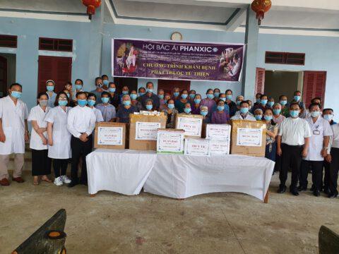 Khám bệnh và phát thuốc miễn phí cho bà con nghèo tại giáo xứ Điền Thôn, giáo phận Thanh Hoá